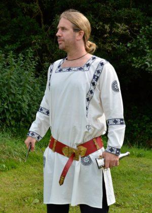 Tunique romaine à manches longue avec broderie bleue